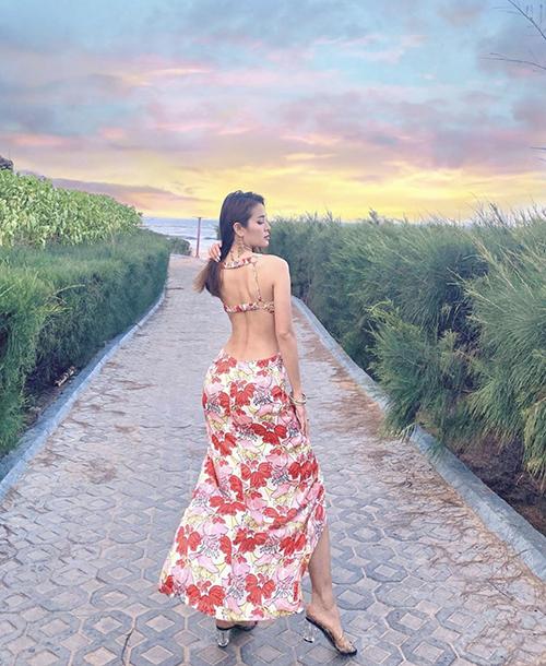 Cùng với đường khoét eo sắc nét, đầm hoa của Phương Trinh Jolie còn bố trí khoảng hở khoe trọn lưng trần.