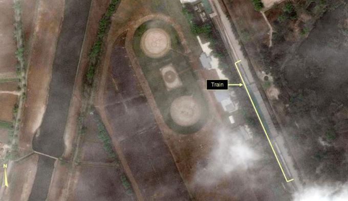 Ảnh vệ tinh chụp đoàn tàu tại Wonsan, Triều Tiên, hôm 23/4. Ảnh: Reuters/38 North