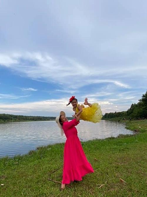 Kiều Trinh cùng con gái tận hưởng không khí trong lành ở quê.