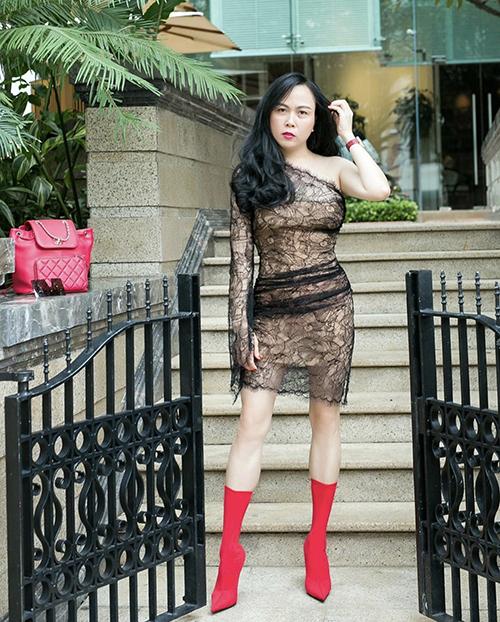 Khi diện váy bất đối xứng thiết kế bằng vải ren xuyên thấu, Phượng Chanel chọn thêm bốt mũi nhọn để set đồ bắt mắt hơn.