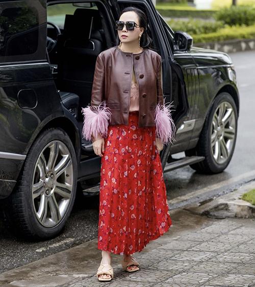 Xuống phố vào những ngày se lạnh cuối tháng 3, Phượng Chanel chọn váy hoa đỏ để diện cùng áo da phối lông vũ, sandal mũi vuông hot trend.