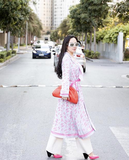 Cùng với gam đỏ nổi bật, sắc hồng đậm chất nữ tính cũng được Phượng Chanel lựa chọn để giúp hình ảnh của chị trở nên phong phú hơn.
