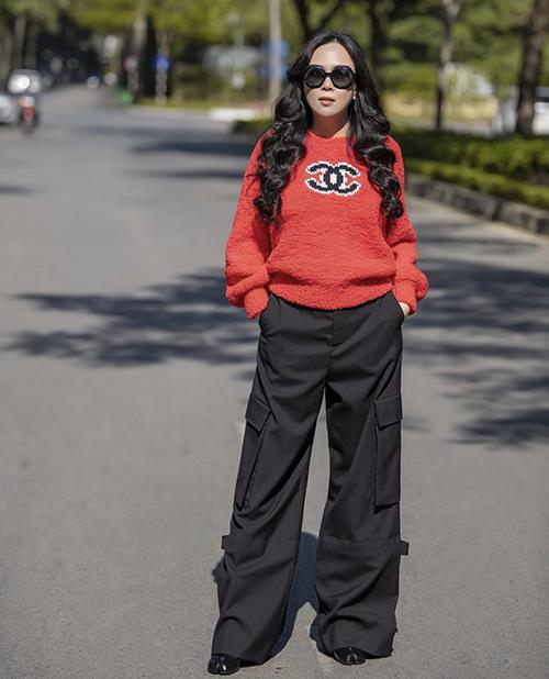 Khi khoe ảnh street style, Phượng Chanel thường chọn các trang phục tôn nét cá tính, trẻ trung để chưng diện.