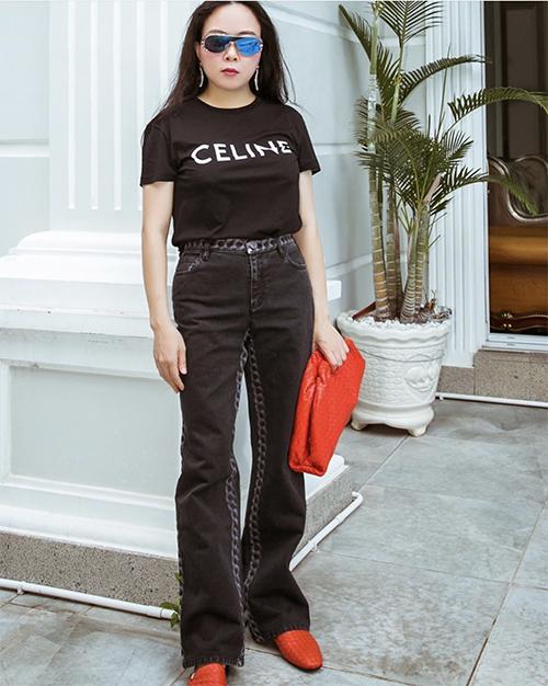 Bộ phụ kiện tông đỏ cam của Bottega Veneta được Phượng Chanel mix cùng cây đen gồm áo thun Celine và quần jeans tiệp màu.