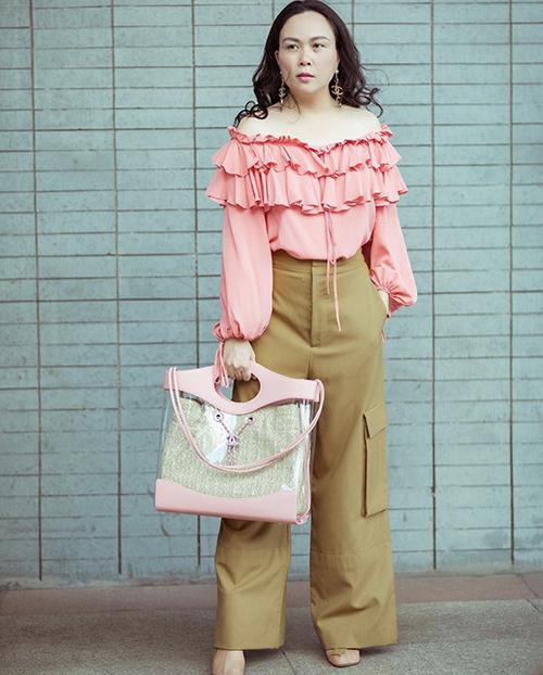 Quần túi hộp cá tính được Phượng Chanel phối cùng áo trễ vai style bánh bèo. Phụ kiện đi kèm là túi nhựa trong của Chanel.