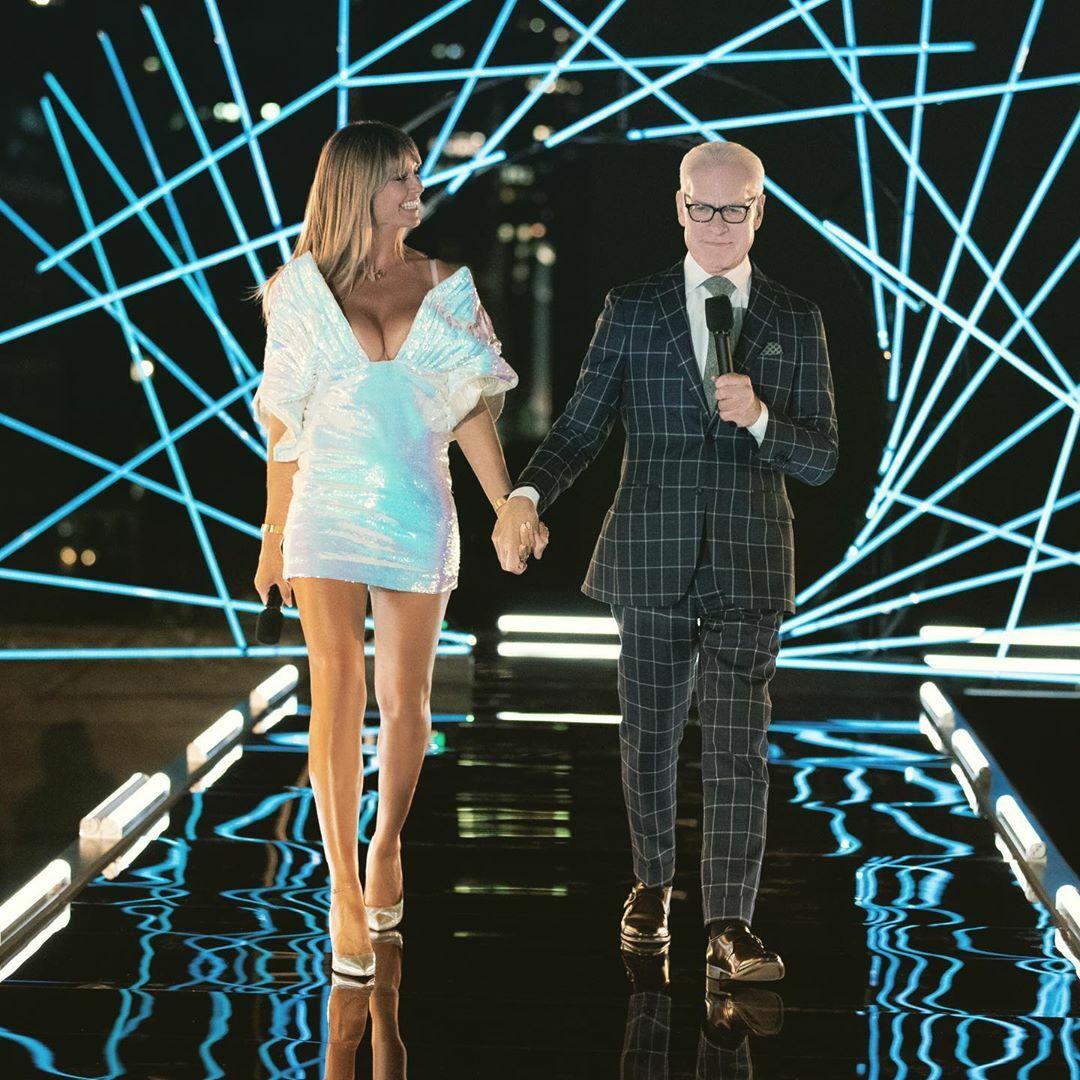 Siêu mẫu Heidi Klum(váy trắng) cùng Tim Gunn (suit ca rô) trong chương trình truyền hình.
