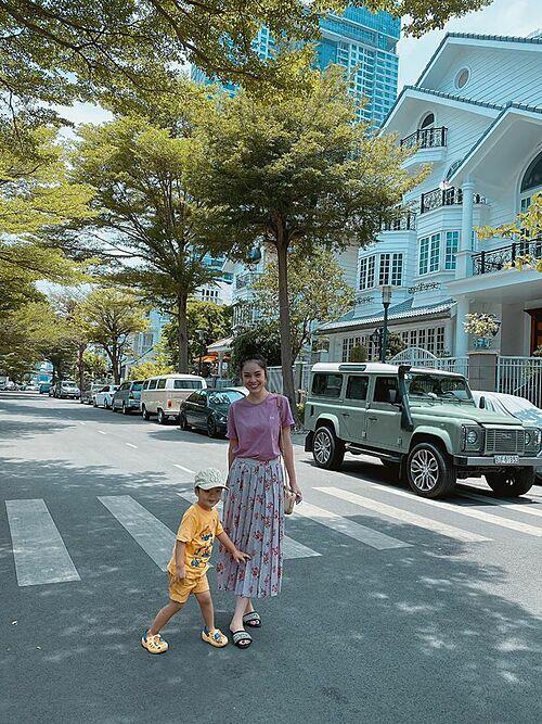 Dương Cẩm Lynh đưa con trai đi dạo.