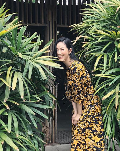 Mai Thanh Hà với phong cách thanh lịch khi diện váy lụa kết hợp tông vàng và đen bắt mắt trên hoạ tiết hoa nhí.
