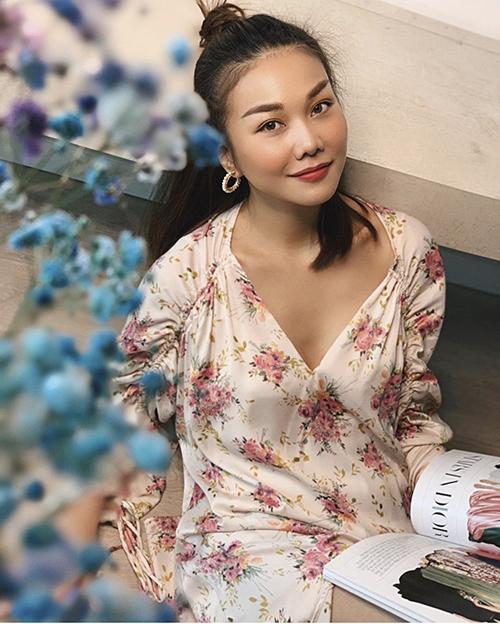 Từ đầu mùa xuân 2020, Thanh Hằng đã nhiệt tình lăng xê các mẫu váy áo in hoạ tiết hoa lá. Trong thời gian giãn cách xã hội, siêu mẫu tận dụng váy lụa để tôn nét nữ tính.