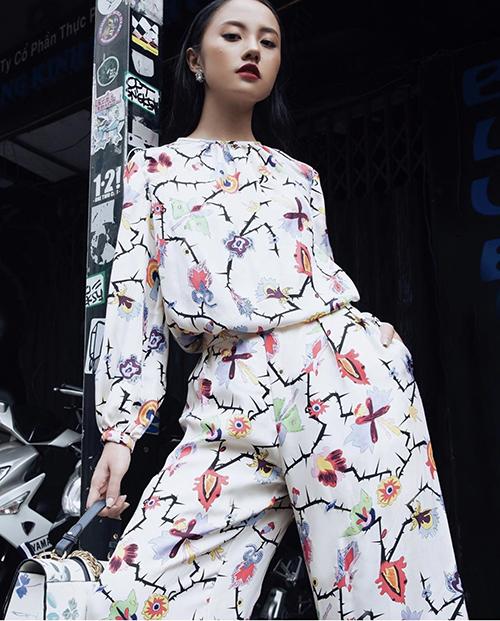 Thanh Vy với phong cách hiện đại, cá tính nhưng không kém phần nữ tính với suit trang trí hoạ tiết hoa độc đáo.