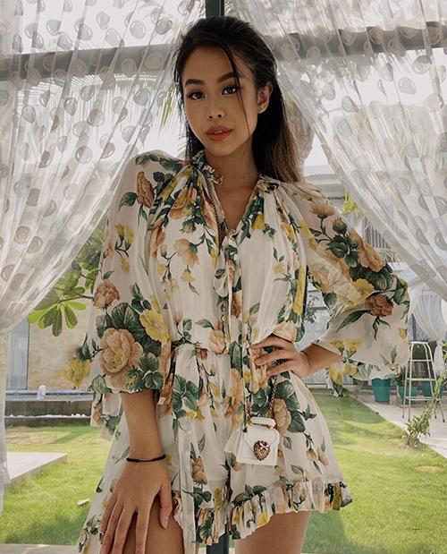 Tiên Nguyễn sử dụng túi mini xinh xắn để làm điểm nhấn khi diện jumpsuit lụa in hoạ tiết được sao Việt ưa chuộng ở mùa hè năm nay.