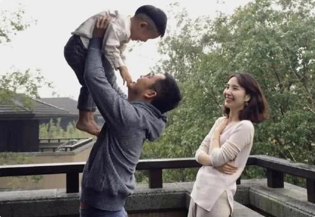 Gia đình Tưởng Phàm khi còn hạnh phúc. Cặp đôi có hai con, một trai, một gái.