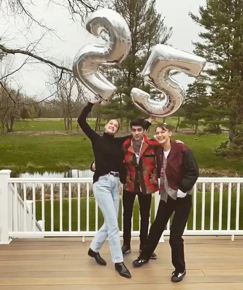 Siêu mẫu 25 tuổi Gigi Hadid đã có bầu gần năm tháng với bạn trai - ca sĩ Zayn Malik của nhóm One Direction. Gigi đã giữ bí mật với người thân, bạn bè và gần đây mới tiết lộ tin vui. Cặp sao và gia đình hai bên đang tràn ngập hạnh phúc, nguồn tin chia sẻ trên tờ ET. Theo TMZ, siêu mẫu Mỹ đang mang thai ở tuần thứ 20 và dự sinh vào đầu tháng 9.tấm hình đăng trên Instagram hôm 26/4