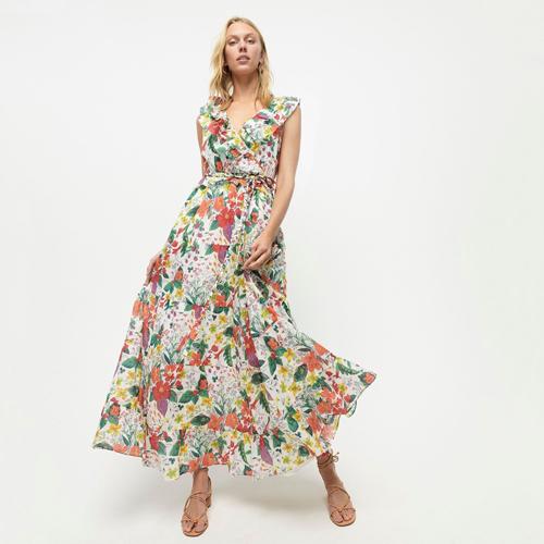 Đầm maxi in hoa mang sắc màu nhiệt đới là trang phục thường được phái đẹp mang theo khi đi du lịch biển.