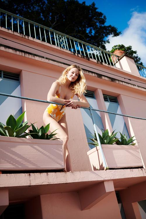 Bikini in hoa rực rỡ, kiểu ôm sát hình thể giúp người mặc tôn nét trẻ trung khi đi biển.