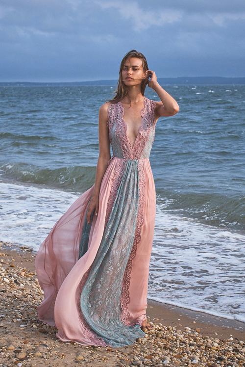 Váy ren kết hợp với tơ lụa mềm mại giúp người mặc tôn nét mảnh mai và sexy khi tham gia tiệc tùng trên biển.