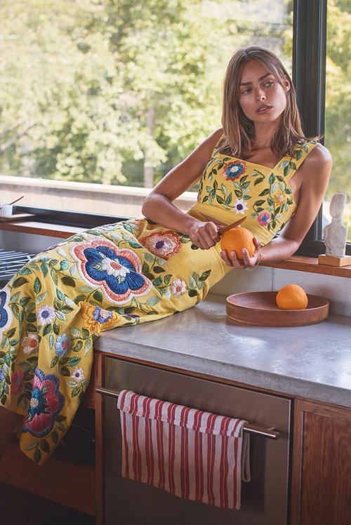 Trang phục linen thêu hoa rực rỡ với áo crop-top mix cùng chân váy dài cho bạn gái muốn nổi bật khi tham gia tiệc tùng.