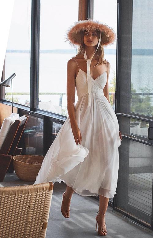 Đầm lụa hai dây thiết kế bằng voan lụa trắng, kiểu dáng đơn giản nhưng vẫn giúp phái đẹp tôn nét kiêu sa.