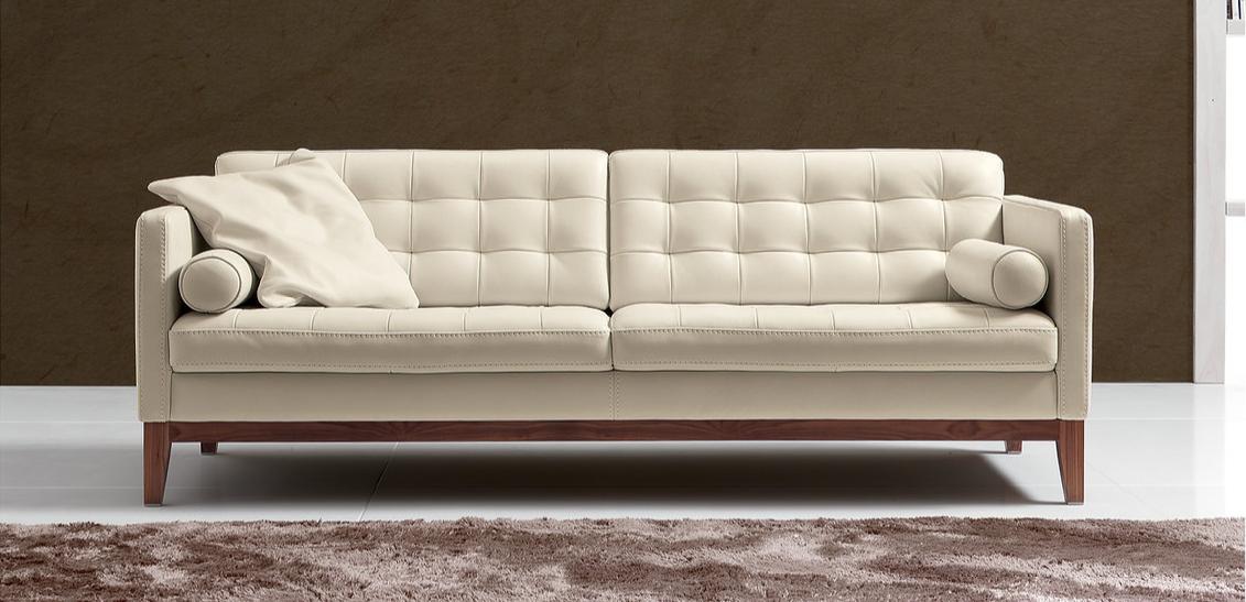 Ghế sofa Bardot đến từ thương hiệu Franco Ferri sở hữu phần đệm ngồi dày dặn, tính đàn hồi cao mang lại cảm giác êm ái, dễ chịu khi ngả lưng. Phần chân được làm từ gỗ dát vân óc chó tạo nên hoa văn độc đáo.