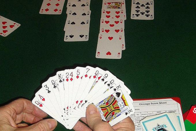 Dù ưu tiên thời gian cho gia đình nhưng vào cuối tuần Gates thích dành thời gian chơi vài ván bài với một số người bạn thân. Ảnh: BI.