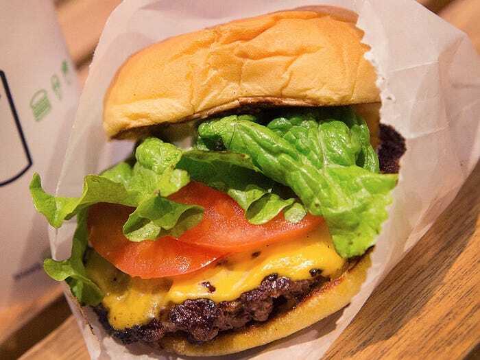 Bữa trưa của Gates là một chiếc bánh burger phô mai, ông tiết lộ đây là loại bánh mì ông yêu thích nhất và thường xuyên dùng nó.