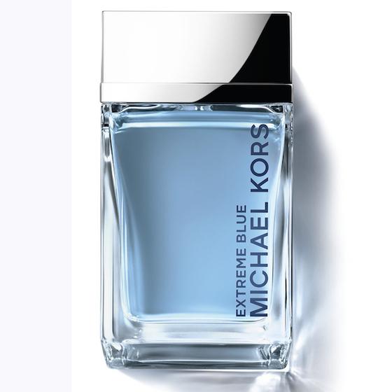 Nước hoa nam Michael Kors Extreme Men Blue màu xanh biển mở đầu là hương thơm của cam bergamot, bạch đầu khấu, bạch chỉ hồng và hồng tiêu. Tầng hương giữa là sự lan tỏa của hương cây xô thơm, cây bách xù, cây bách và chút hương thơm bùi từ hạt vừng. Còn lại trên da là hương thơm của tầng hương cuối với sự ấm áp của hổ phách và xạ hương. Lọ đựng thiết kế cổ điển, hình chữ nhật với màu xanh nhạt làm màu chủ đạo. Nồng độ nhẹ (Eau de Toilett), phù hợp cả ngày và tối. Lọ 40ml có giá 1,29 triệu, giảm 25% còn 963.900 đồng.