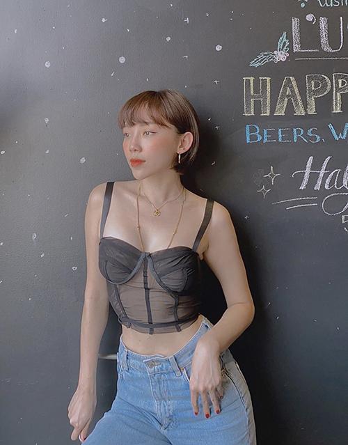 Tóc Tiên khoe dáng cùng áo hai dây được lấy cảm hứng từ những mẫu nội y sexy thiết kế bằng chất liệu xuyên thấu.