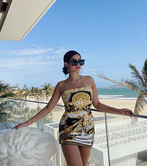 Tiên Nguyễn mê trang phụchoạ tiết