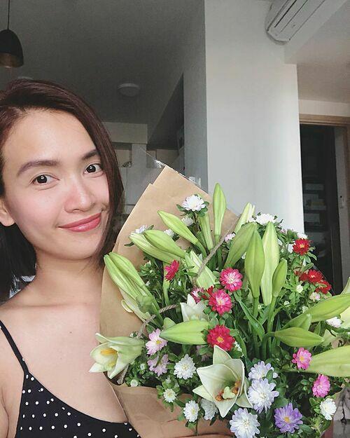 Ca sĩ Ái Phương được anh bạn tặng hoa vì cô nói hôm nay muốn ở nhà làm việc và tập trung suy nghĩvài thứ.