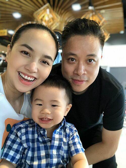 Vợ chồng Đinh Ngọc Diệp - Victor Vũ hạnh phúc bên con trai trong ngày nghỉ lễ.
