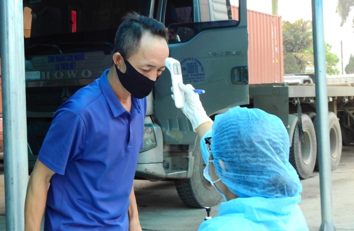Quảng Ninh vẫn duy trì các chốt kiểm soát ở cửa ngõ vào tỉnh và chỉ kiểm tra thân nhiệt, tạm thời không thực hiện khai báo y tế đối với các trường hợp không có nghi vấn. Ảnh: Minh Cương