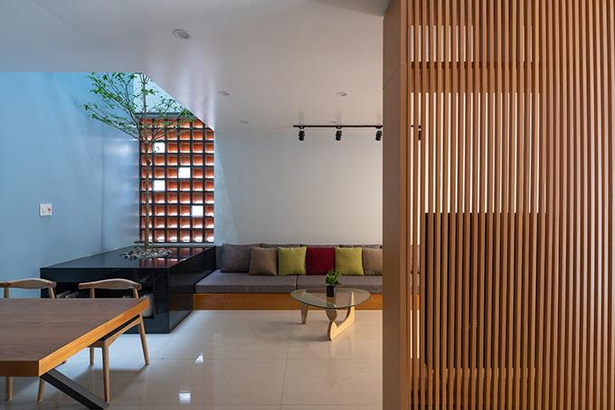 Tầng trệt gồm có gara, phòng khách, bếp và phòng ăn. Nội thất đơn giản, tinh tế được sử dụng.