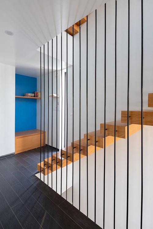 Cầu thang thiết kế mở, cho phép ánh sáng lan toả khắp không gian, giúp nơi ở thay đổi khung cảnh theo giờ, ngày và từng mùa trong năm.