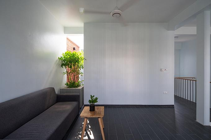 Khu vực tiếp khách chỉ sử dụng nội thất đủ cho nhu cầu thực tế, không bài trí nhiều đồ đạc.