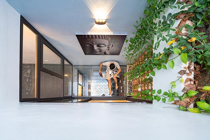Kiến trúc sư đã cân bằng các mong muốn của gia chủ, tạo nên không gian sống thoáng gió, đón nhiều nắng. Ngôi nhà có giếng trời theo chiều dọc của căn nhà, tạo không gian xanh cạnh các phòng chức năng.