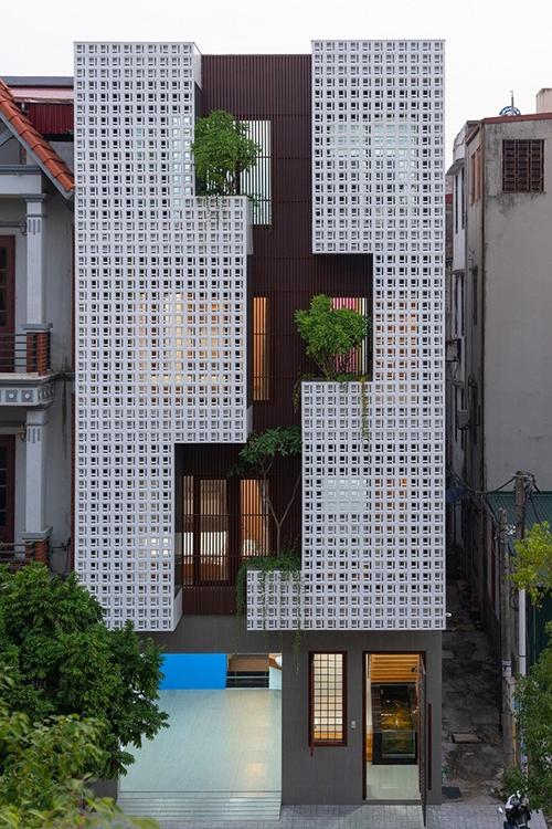 Mặt tiền của ngôi nhà được lấy cảm hứng từ thác nước với dòng chảy từ trên xuống dưới, len lỏi qua từng tảng đá, bụi cây. Công trình mang đến một làn gió mới lạ cho kiến trúc đô thị.