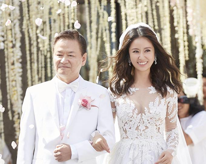 Chiều 31/7/2016, Lâm Tâm Như và Hoắc Kiến Hoa tổ chức hôn lễ ở đảo Bali, Indonesia với sự chứng kiến của nhiều sao hạng A làng giải trí Trung Quốc. Tuy nhiên, những hình ảnh hôn lễ không được tiết lộ nhiều.Đến ngày 30/4, một số hình ảnh trong đám cưới của cặp sao được tiết lộ tới người hâm mộ. Ở tấm hình đầu tiên, cô dâu Lâm Tâm Như hạnh phúc khoác tay cha tiến vào lễ đường.