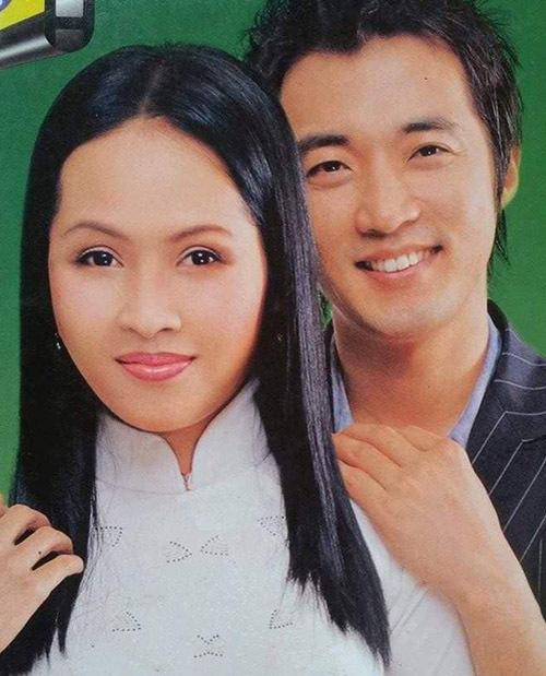 Minh Thư diện áo dài tạo dáng thân thiết bên nam diễn viên Ước mơ vươn tới một ngôi sao trên bìa tạp chí Đất Mũi cuối tuần gần 20 năm trước.