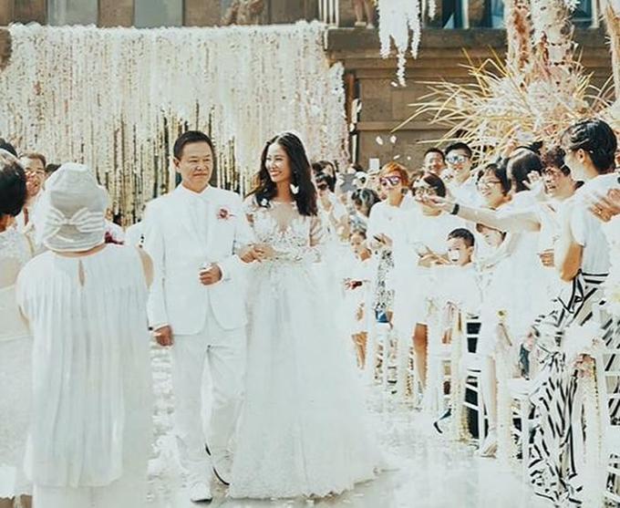 Người đẹphọ Lâm diện váy cưới ren trắng có các khoảng cut out và chọn kiểu tóc xoăn nhẹ cho ngày trọng đại.
