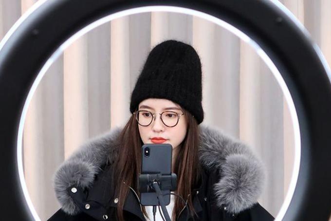 Trương Đại Dịch trong lần liestream bán các sản phẩm thời trang mùa đông vào năm ngoái. Ảnh: Reuters.