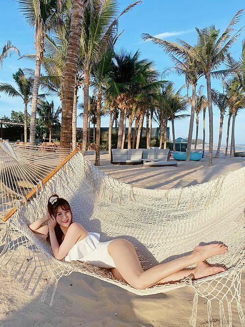 Diệp Lâm Anh khoe dáng nuột nà trên bãi biển.