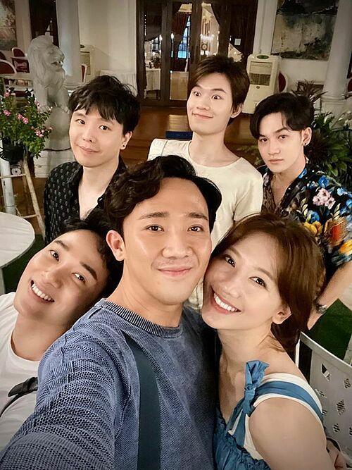 Hội bạn thân gồm Vợ chồng Trấn Thành - Hari Won, Ali Hoàng Dương, Trúc Nhân, Quang Trung tổ chức mừng sinh nhật ca sĩ Trịnh Thăng Bình.