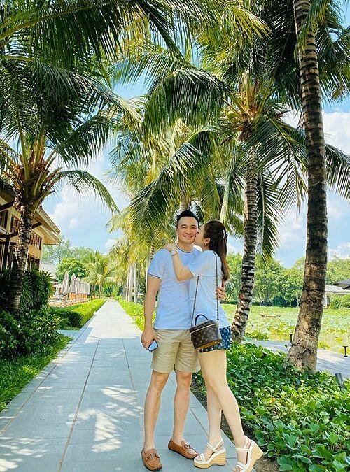 Chi Bảo và bạn gái Lý Thùy Chang tình tứ khi du lịch ở Cần Thơ.