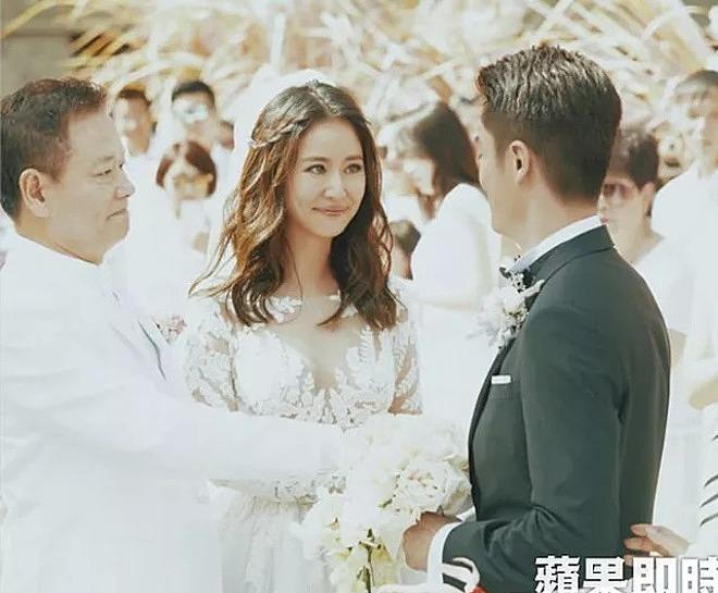 Cô dâu xúc động khi được bố trao tay cho người mình yêu - chú rể Hoắc Kiến Hoa.