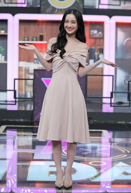 Jun Vũ được khán giả yêu thích qua bộ phim Tháng năm rực rỡ. Cô sở hữu ngoại hình mảnh mai, phong cách thời trang điệu đà, nữ tính. Nữ diễn viên hào hứng tham gia gameshow Chọn ai đây.