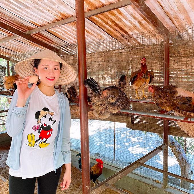 Quỳnh Anh thích thú đi nhặt trứng gà còn Duy Mạnh hái xoài và thưởng thức tại chỗ ngay trong khu resort. Cả hai có những giây phút nghỉ ngơi thảnh thơi, gần gũi với thiên nhiên.