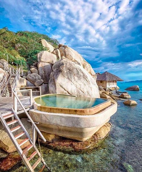 Toàn bộ khu nghỉ mát nằm trải dài dọc theo 2 km bờ biển với 58 vila mái lá nằm rải rác trên các vách đá, lưng chừng đồi và dọc theo bãi biển.