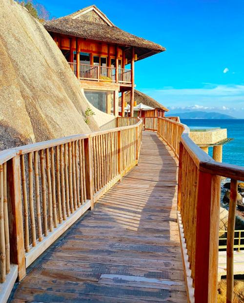 Các villa đều nằm ở các vị trí biệt lập nên du khách hoàn toàn có không gian riêng tư. Resort còn sở hữuvườn cây ăn trái, vườn thảo mộc, hồ hơi, spa và các phòng xông hơi.