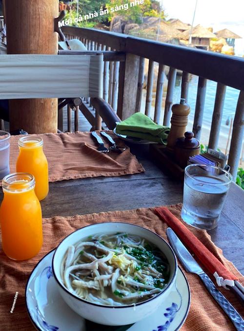 Quỳnh Anh và Duy Mạnh lựa chọn villa có bể bơi riêng tư. Đôi vợ chồng thường xuyên dùng bữa tại phòng với các món tự chọn như bún gà và nước cam. Hệ thống nhà hàng của resort được đánh giá cao, mang nhiều phong cách ẩm thực như Á- Âud, Việt Nam và đặc sản Nha Trang.