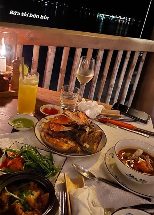 Resort tại đảo Ninh Vân phục vụ bữa ăn ngay tại villa với nhiều món hải sản cao cấp, phục vụ cùng rượu vang trắng đúng điệu. Quỳnh Anh khoe ảnh dùng bữa bên biển đêm, tận hưởng không khí thoáng đãng, mát mẻ ngay từ ban công phòng nghỉ.